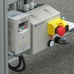 Convertisseur de fréquence avec interrupteur marche / arrêt, arrêt d'urgence et prise de connexion CEE elcom